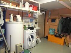 Varastotilassa on vesivaraaja ja tila pyykinpesukoneelle sekä uloskäyntiovi.