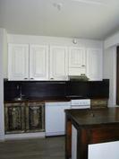 A 4 huoneiston keittiö, puusepän tekemät uudet keittiökaappien ovet