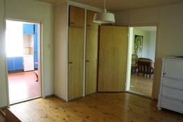Toisesta makuuhuonesta keittiöön ja saliin