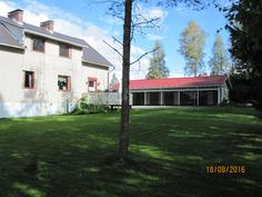 Talo ja autokatos ja nurmipintainen takapiha