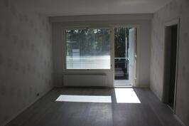 Olohuoneesta kulku lasitetulle parvekkeelle