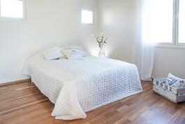 Ilmava master bedroom, jossa oma kylpyhuone ja vaatehuone.