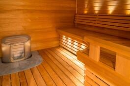 Muotoillussa saunassa tilaa isommallekin porukalle.
