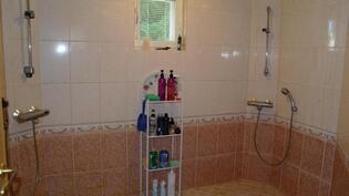 Pesuhuoneessa tuplasuihkut.