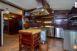 Tilava keittiö, jossa kaasuliesi kokkaajalle