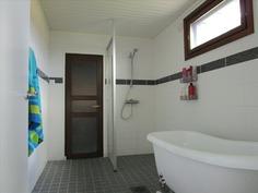 Remontoidussa kylpyhuoneessa amme