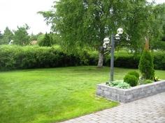 pihan nurmikkoa ja kivetystä