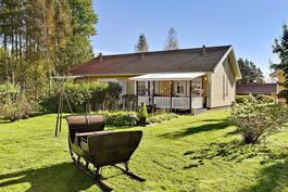 Kaunis ja hyvin hoidettu reilun kokoinen piha-alue/ Vackert, välskött o. rejält gårdsområde.