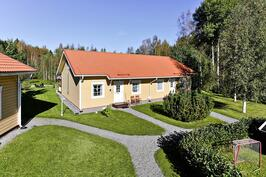 Tuovila, Rösslentie 3 B, 3+k+s+ullakkohuone 92 m2, myös autokatos ja autopaikka.
