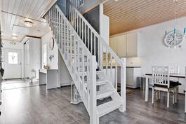 Yläkertaan on hyvät portaat/ Bra trappa till övre våningen.