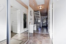 Eteisessä kaunis ja käytännöllinen kivilattia/ Vackert och praktiskt stengolv i hallen.