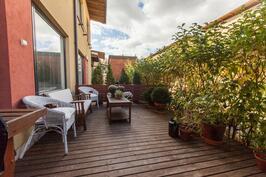 Yhtiöjärjestys vahvistaa, että asunnolle kuuluu n. 20m2 luoteisterassi, johon paistaa ilta-aurinko.