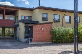Huoneistolle kuuluvat autokatospaikka (kaksi autoa peräkkäin mahtuu) ja kylmä 5,5m2 varasto.