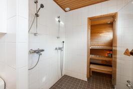 Kaksi suihkua on sijoitettu khh-tilan ja saunan väliin.