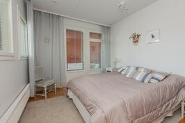 Master bedroomissa ei nyt ole ovea käytävään mutta sellainen on tarvittaessa helppo lisätä.