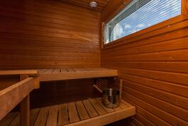 Reilun kokoisen saunan kruunaa koko seinän levyinen ikkuna.