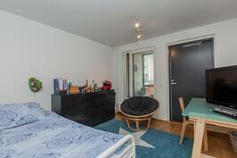 Alakerran työhuone/makuuhuone, jolla on oma, erillinen  sisäänkäynti (kuistin kautta) Klippinkitielle