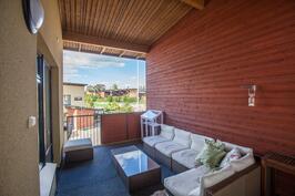 Kuten kalusteryhmästä ja vapaasta tilasta jo näkee, on parveke kesäaikaan tilava lisähuone.