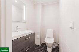 Kylpyhuoneen vieressä erillinen wc