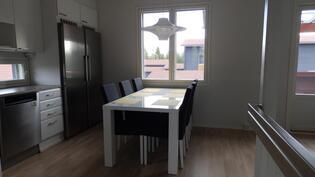 Keittiössä tilaa isollekin pöydälle