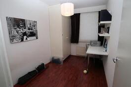 Makuuhuone 1:ssä kiinteä pöytätaso ja hyllyt