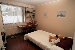 Makuuhuone 2:ssa kiinteä pöytätaso ja hyllyt