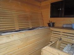 Tilava sauna jossa on ikkuna