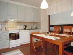 Iso ja valoisa keittiö