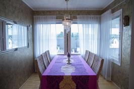 Ruokailutilaan mahtuu pöytä 6:lle