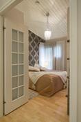 Ikkunalliset pariovet ja kattokorkeus tuo tyylikkyyttä huoneeseen