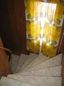 Yläkerran tilava portaikko.