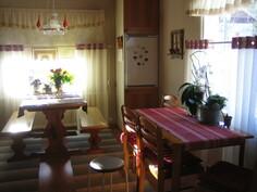 Tilava ja valoisa keittiö.