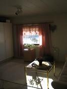 Yläkerran toista makuuhuonetta (toisesta ei kuvia).