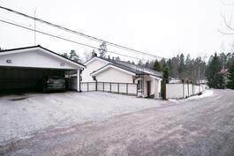 Sisääntulossa on autokatos ja kahdelle autolle pihapaikat.