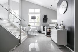 Keittiön yhteydessä on tilaa arkiruokailulle.
