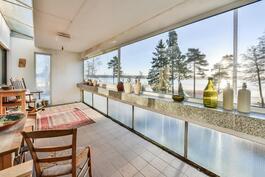Yläkerran lasitettu parveke / Inglasad balkong i övre våningen