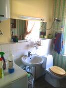 Kuva alakerran erillisetä wc:stä