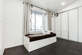 3. makuuhuone, jossa liukovien takaa löytyy reilunkokoinen vaatehuone/säilytystila