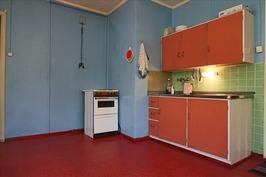alakerran tilavaa keittiötä