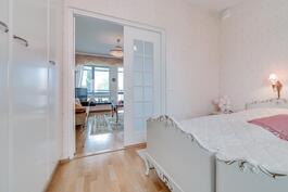Makuuhuoneessa lisävaloa tuovat ikkunalliset pariovet