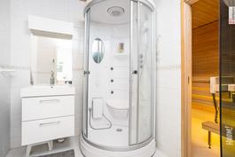 kylpyhuoneessa höyrysuihku