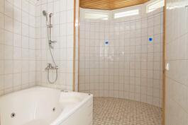 Suuri kylpyhuone poreammeineen