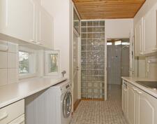 Käytännöllinen kodinhoitohuone omalla sisäänkäynnillä