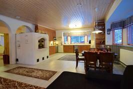 Olohuone ja keittiötä, alakerran yhteistä tilaa