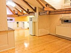 Olohuone josta näkymä keittiöön päin