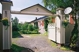 Sisäänkäynti kadulta