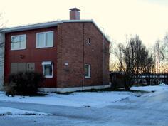 Asunto on talon päässä, takapihalla leikkimökki