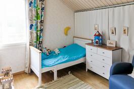 yläkerran makuuhuone 2, verhon taakse tehty säilytystilaa, tässä makuuhuoneessa lisäksi vaatehuone