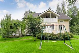 vehreä puutarha talon ympärillä