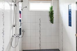 saunan yhteydessä pesutilat, jossa kaksi suihkua